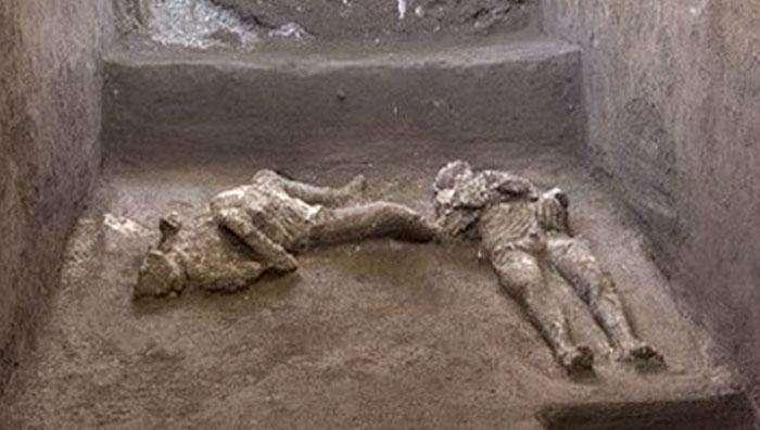 ইতালিতে উদ্ধার লাভায় পাথর হয়ে যাওয়া প্রাচীন দুই মরদেহ!