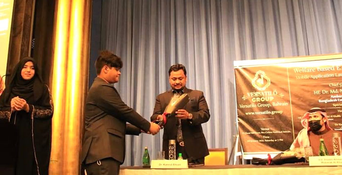 কুক হাবিবি প্রতিযোগিতার বিজয়ীদের ভার্সেটাইল গ্রুপের পক্ষ থেকে পুরস্কার বিতরণ করা হয়
